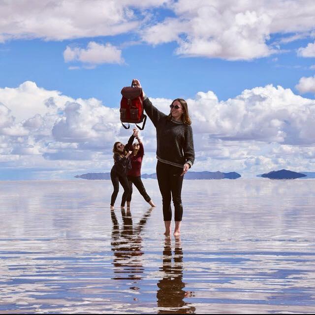 sac à dos gabi rouge pachamama salar uyuni bolivie réflexion voyage sourire amis paysage