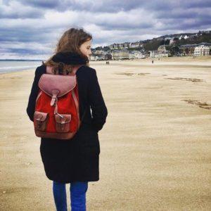 sac à dos rouge cuir rétro style plage balade deauville