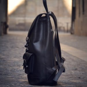 sac à dos cuir noir côté